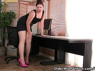 US milf Pink gives her unshaven cunt the attention it needs