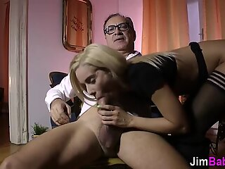 Teen amateur gets rubbed