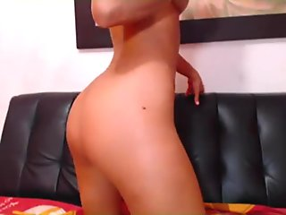 Latina Shows Off Her Sexy Body