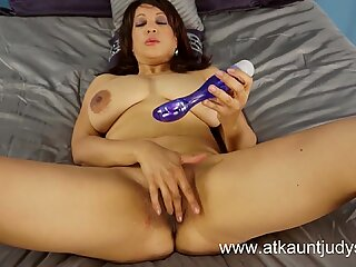 Lala Bond, hot mommy with big tits and a vibrator!
